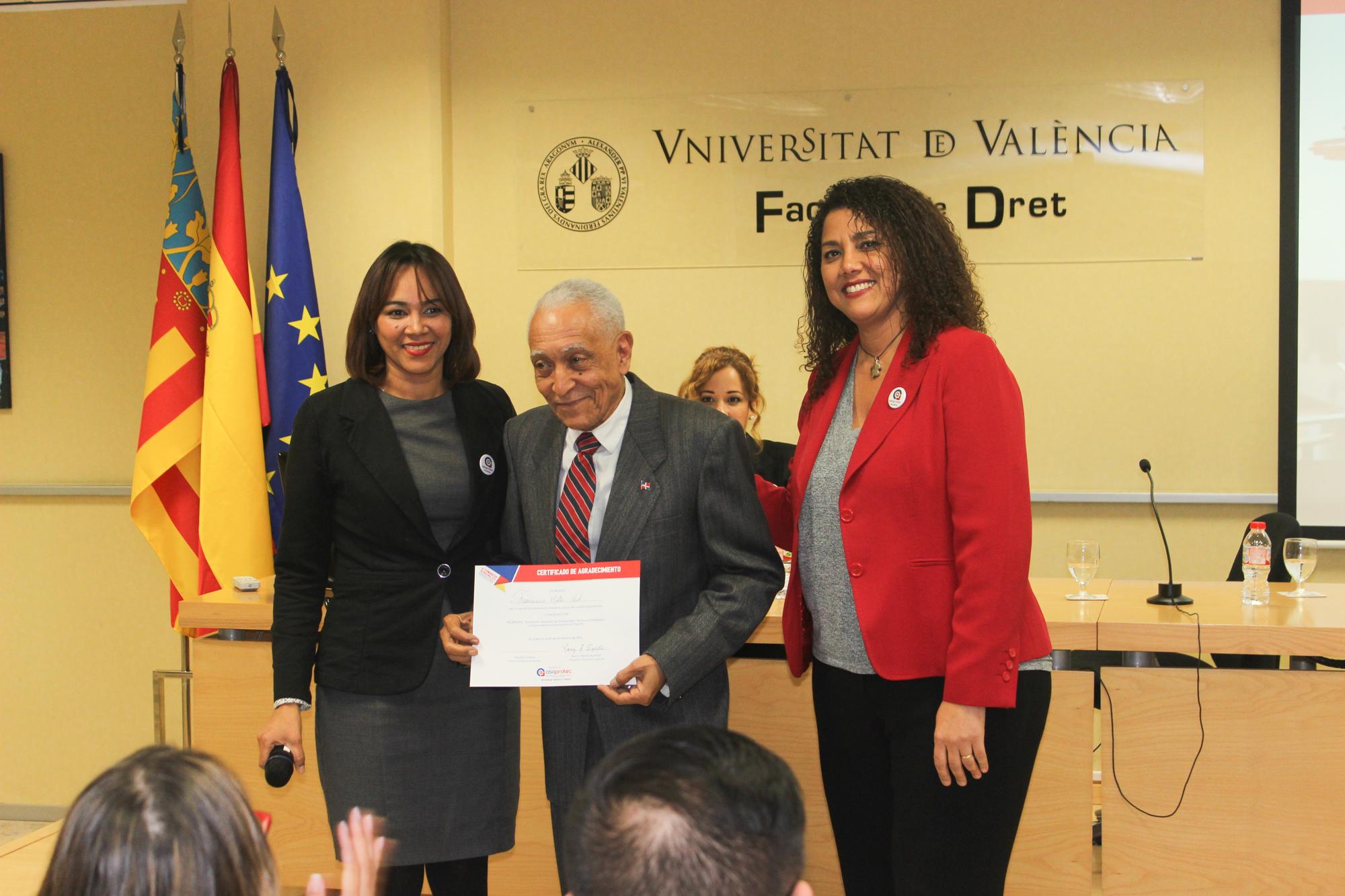 Asoprotec hace entrega de reconocimiento a Francisco Mota, encargado de relaciones con la prensa y Relaciones públicas del Consulado de la República Dominicana en Valencia.