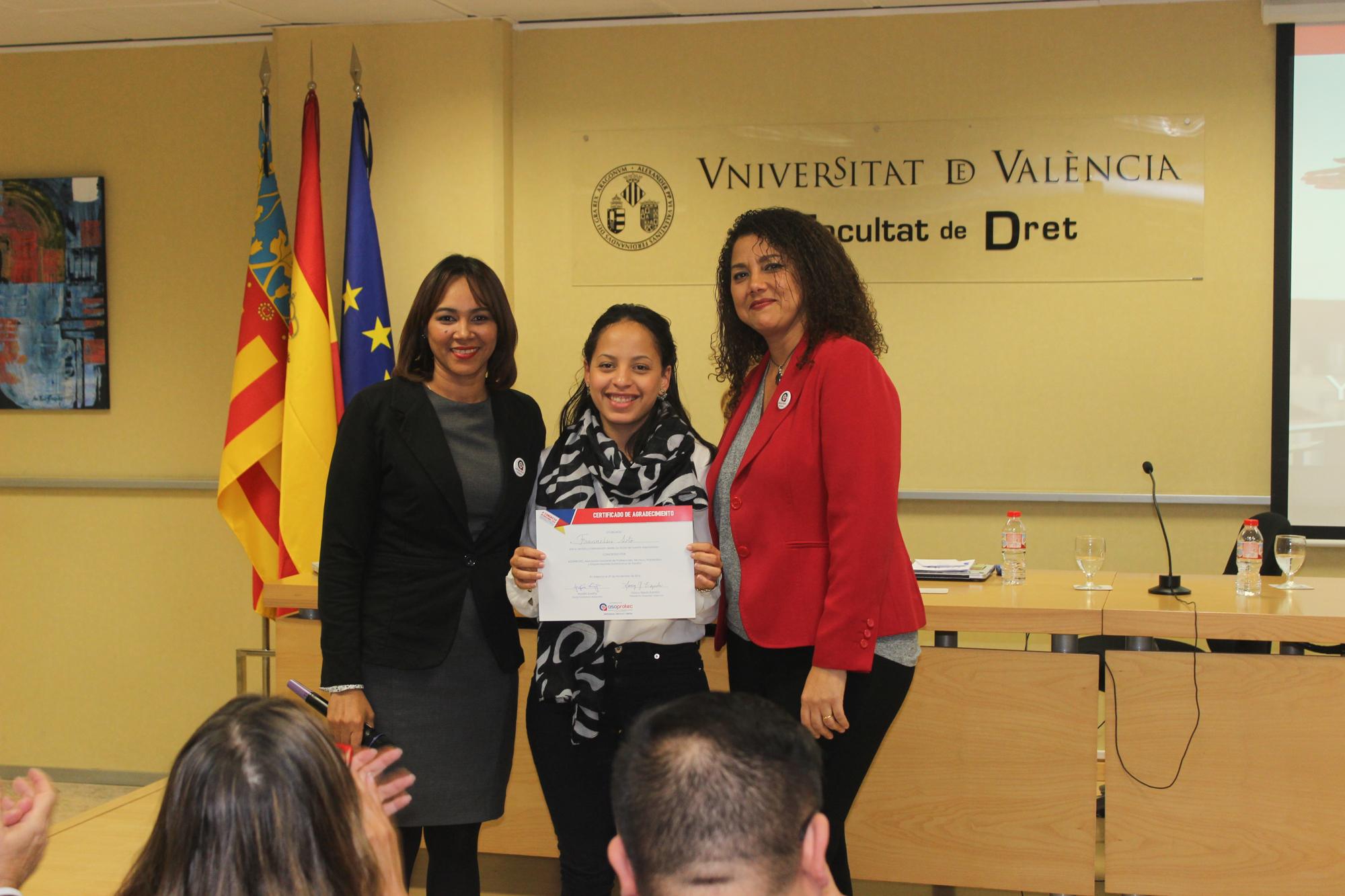 Asoprotec hace entrega de reconocimiento a Nelsis Soto, Responsable del Área de Negocios e Inversiones del Consulado de la República Dominicana en Valencia.